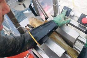 Kappe- og sløyemaskinen er utført i syrefast stål og er hydraulisk drevet.