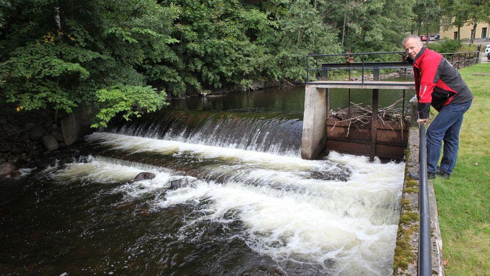 Daglig leder Roy Frivoll i Nydalen Energi, her ved vanninntaket til det nye energianlegget, har aldri sett noen negative effekter av varmedumpingen i Akerselva.
