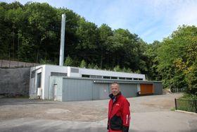 Daglig leder Roy Frivoll i Nydalen Energi håper myndighetene vil snu og tillate energiutveksling med Akerselva fra den nye energisentralen (i bakgrunnen) også på de varmeste dagene om sommeren.