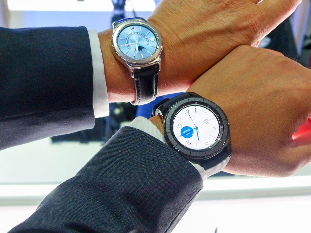 Øverst er den «gamle» Gear S2-klokken, nederst er Frontier-versjonen av nye Gear S3.