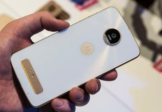 Moto Z Play har en modulkontakt på baksiden. I motsetning til LGs modulære telefon skrur den seg ikke av når du skifter moduler.