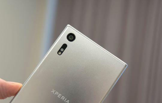 Slik ser Sonys nye kameraløsning ut, med enkel LED-blits, RGB-sensor og en liten lasermodul som skal hjelpe til med fokuseringen. På innsiden er det også fysisk stabilisering.