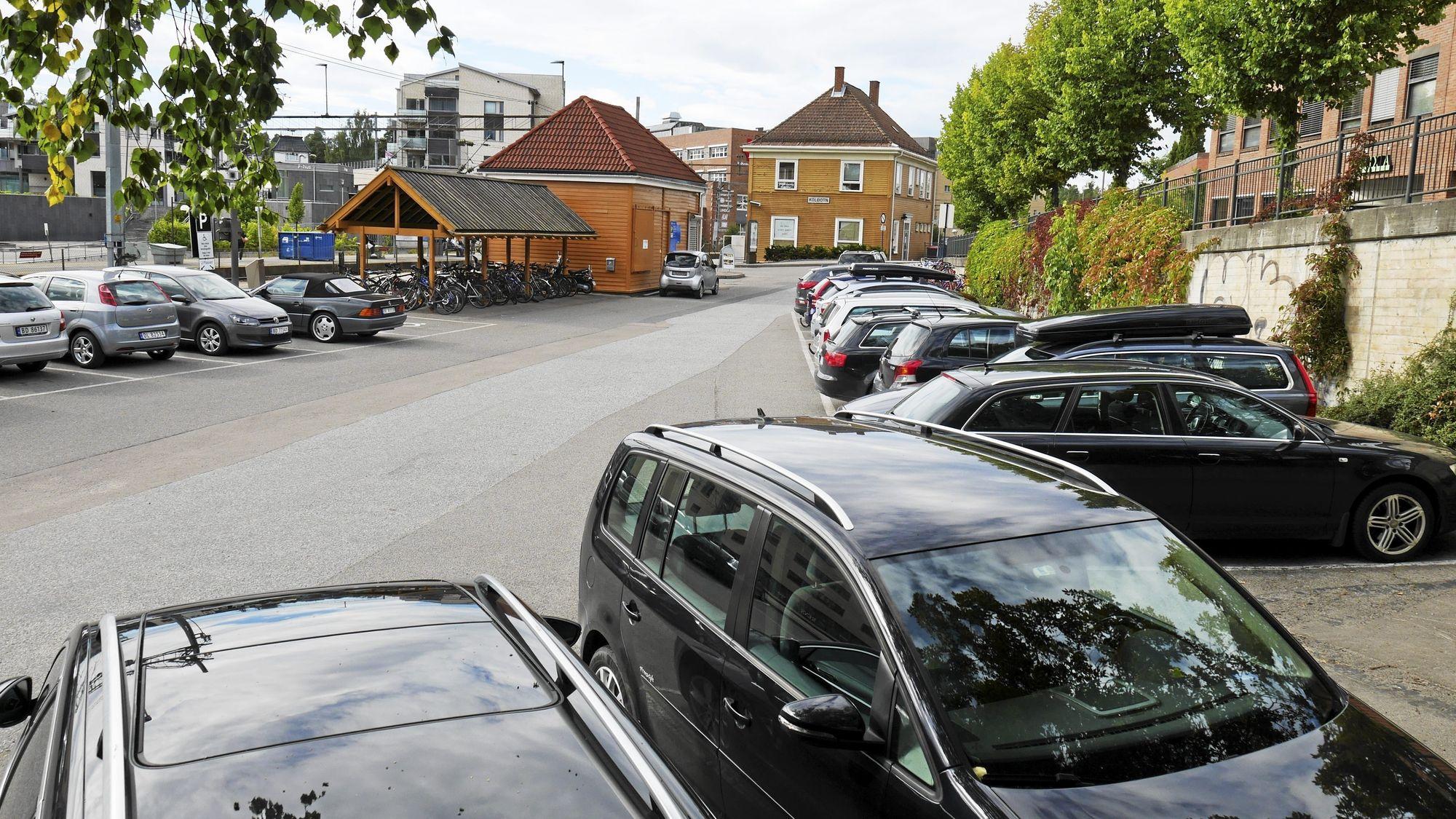 P-UTFORDRINGER: En del av parkeringsplassene ved Kolbotn stasjon kan bli fjernet som en del av forslaget.