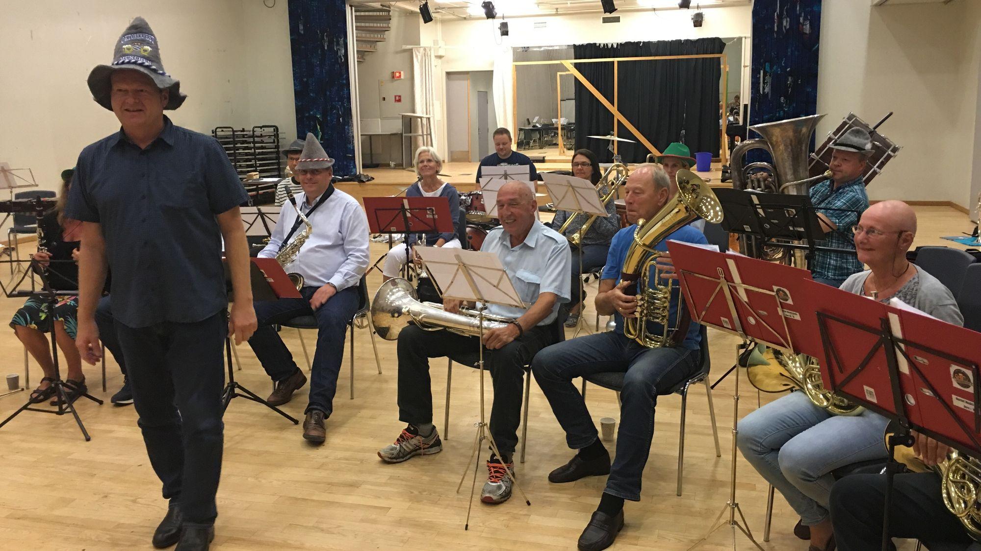 ØVER KNALLHARDT: Dette er Ompaorkesteret, som skal lage liv under Oktoberfesten.