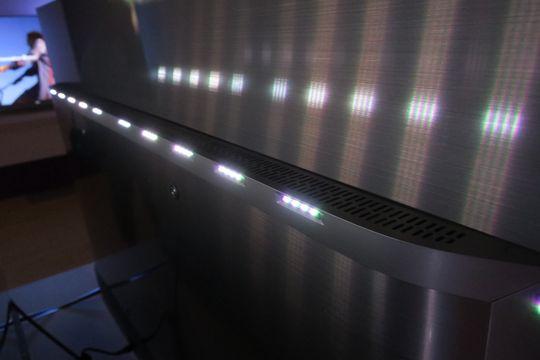 Baksiden er prydet av metall og ikke minst lysdioder.