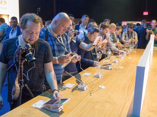 Svært mange sto i kø etter lanseringen for å prøve det nye nettbrettet.