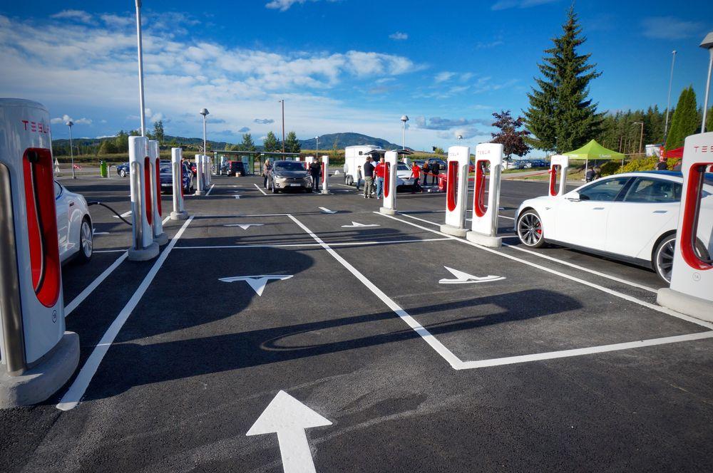 Her, på Nebbenes ved Eidsvoll, åpnet torsdag det som er verdens største hurtigladestasjon med totalt 28 punkter. 20 av dem er Teslas Supercharger, mens Fortum har åtte punkter.