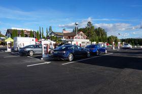 Teslas superladere leverer strøm nok til å kjøre 270 kilometer på en halvtimes lading.