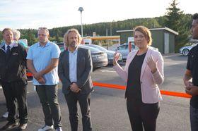 - Tesla viser vei, men jeg vil også takke Fortum, som satser hardt på hurtiglading, sa Elbilforeningens Christina Bu. Til venstre for henne står Fortum-sjef Jan Haugen Ihle.