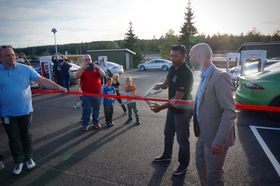 Tesla Owner's Club Norway-president Satheesh Varadharajan fikk æren av å klippe snora.