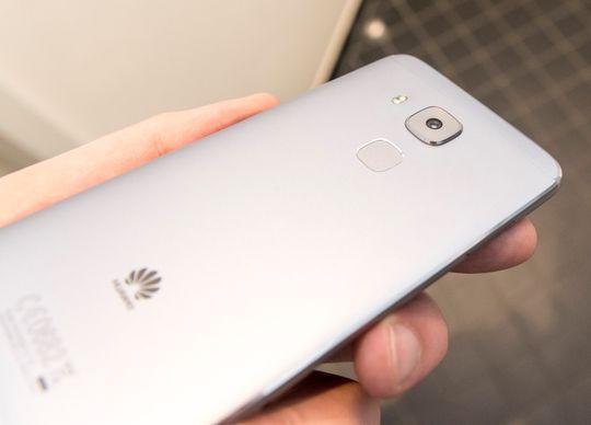 Huawei Nova Plus finnes også i en sølvgrå utgave.