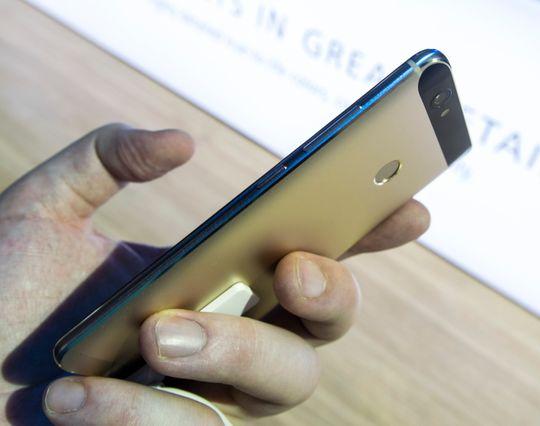 Huawei Nova er langt enklere å holde enn Plus-modellen. Den vesentlig mindre skjermen gjør at den passer i flere hender og i flere lommer.