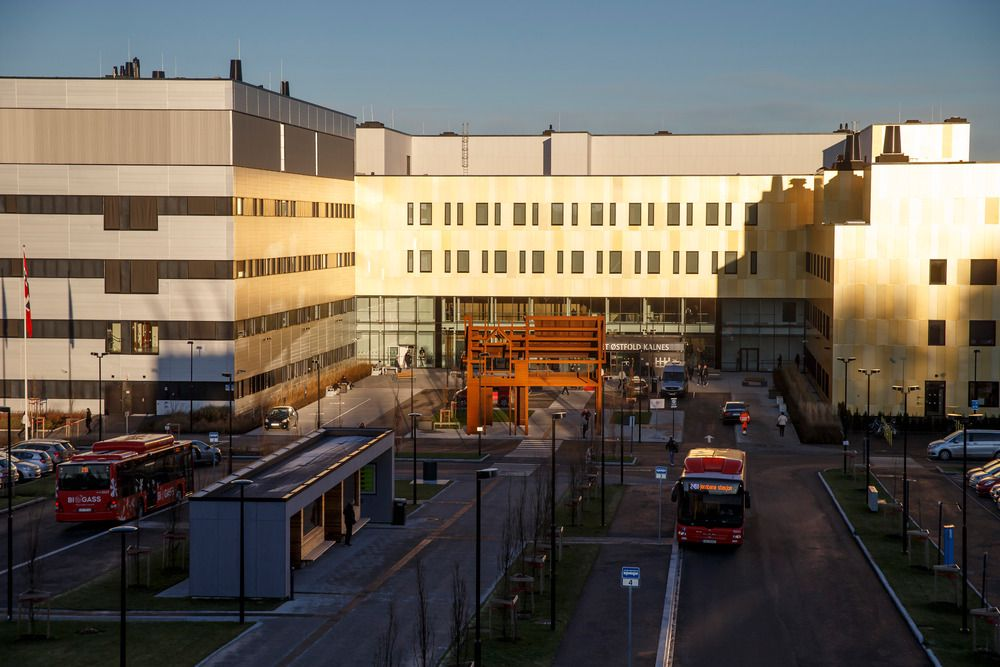 Sykehuset Østfold utenfor Sarpsborg får IT-tjenestene sine levert av Sykehuspartner. Hvis tjenesteleverandøren outsourcer kan et hundretalls ansatte gå en usikker fremtid i møte.