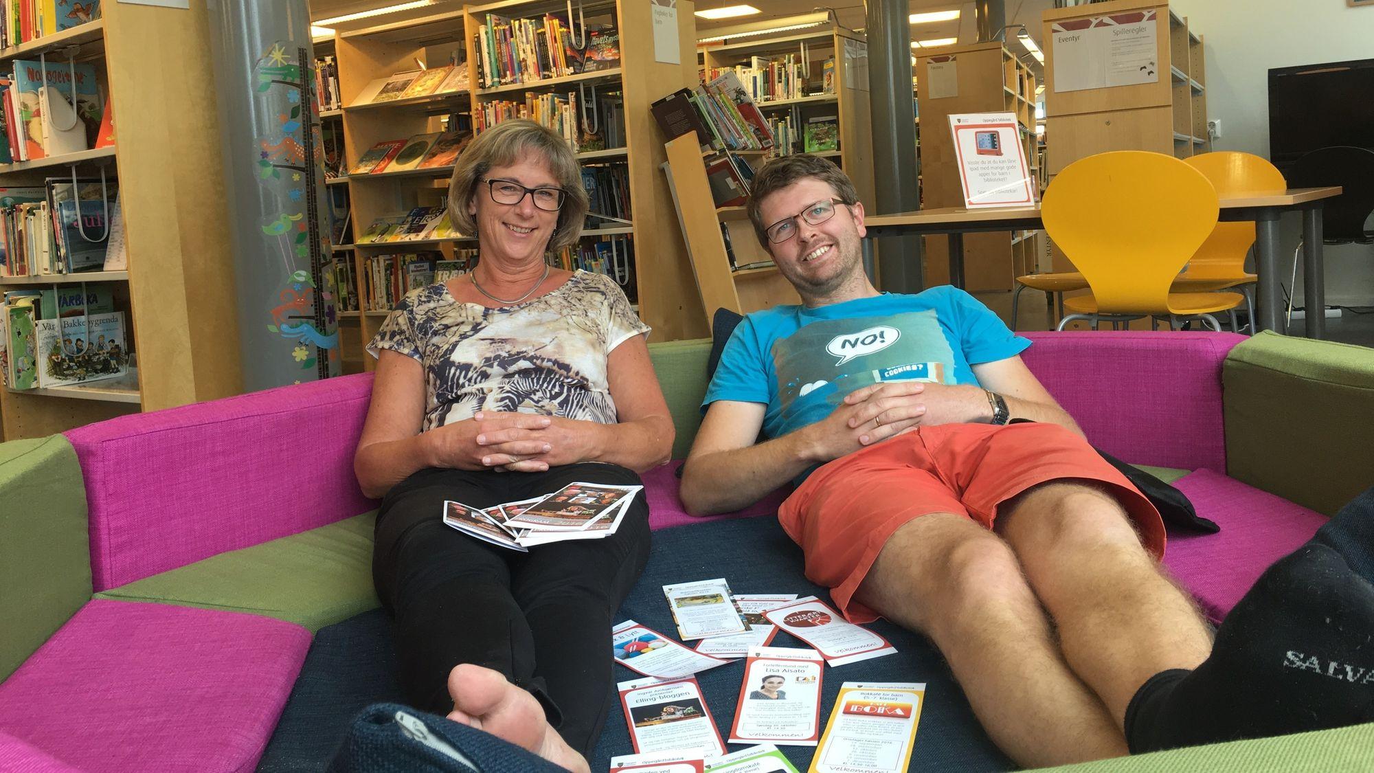 NYTER SUKSESSEN: Der andre bibliotek sliter med både utlån og besøk, kan biblioteksjef Aase-Liv Birkenes og kollega Hans Martin Enger kosntantere at Oppegård bibliotek er i vekst!