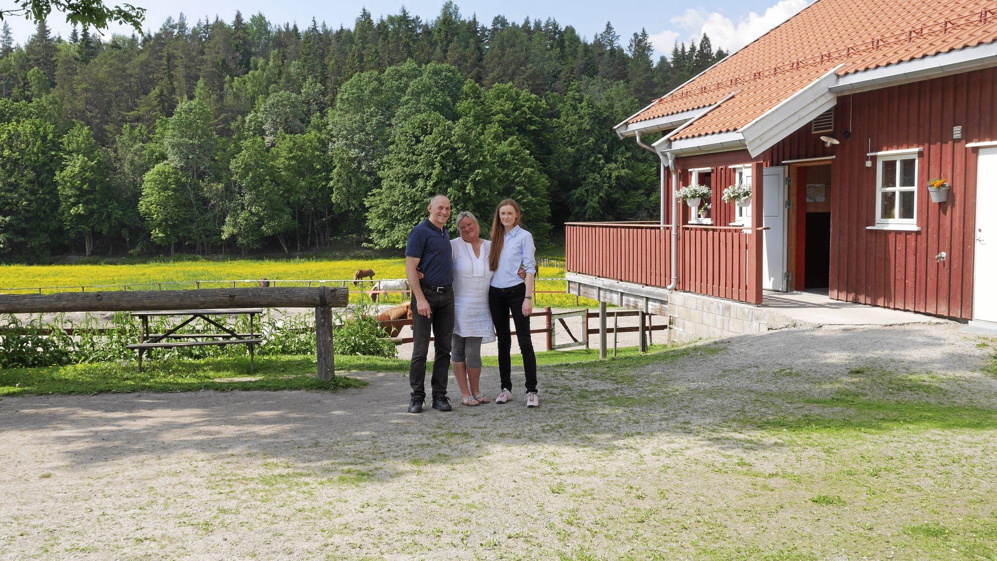 HAR FLYTTET: Eva Bråthen og George Kristiansen har forlatt Hvitebjørn Gård, og har startet på nytt. Med på bildet er også datteren Melissa Kristiansen.