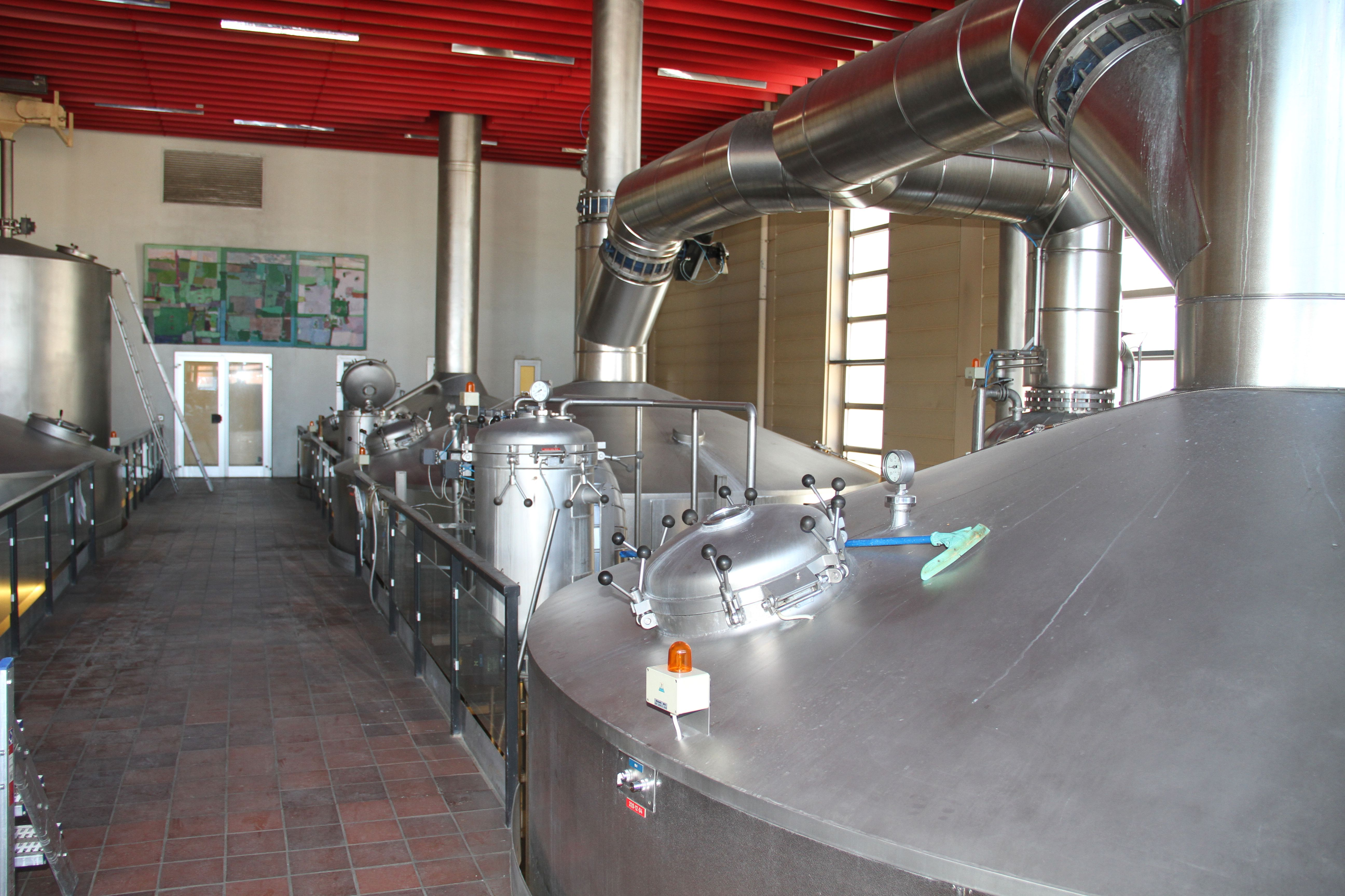 E.C. Dahls bryggeri der tyske BrauKon har levert anlegget. Bildet viser noen av tankene i anlegget.