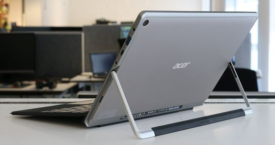 Acer Switch Alpha 12 har støttebein integrert.