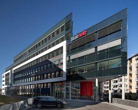 Statnetts hovedkontor (bildet) og PSTs kontorer i Nydalen i Oslo får kjøling fra Nydalen Energi, men tillatelsen til varmedumping i Akerselva bør strammes inn for å unngå fiskedød, mener NVE og Fylkesmannen.