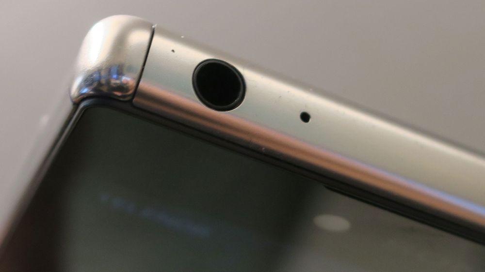 Sonys toppmodeller, her vist med Xperia Z5 Premium, har hodetelefoninnganger som skiller seg ut.