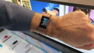 Vi har kikket på Fitbits nye og smarte armbånd