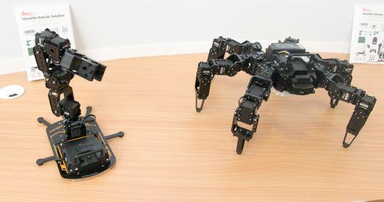 Du kan bygge roboten din med de modulene du måtte ønske. Det finnes også en plattform med hjul på.