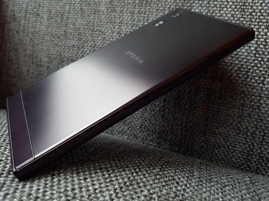 Aluminiumsmaterialet på baksiden ser virkelig pent ut under riktige lysforhold, men det samler også fingermerker som et uvær.