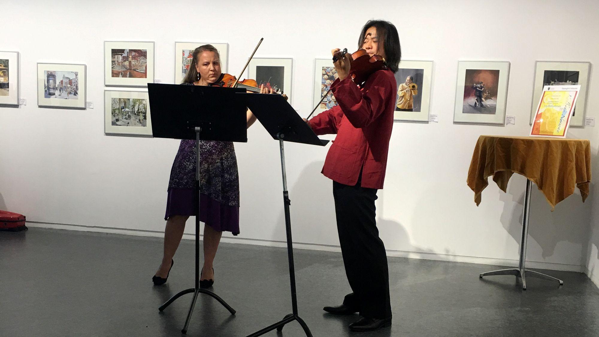 SAMSPILTE: Dominika Rosiek og Khac-Uyen leverte virkelig varene under helgens konsert i biblioteksgalleriet i Kolben.