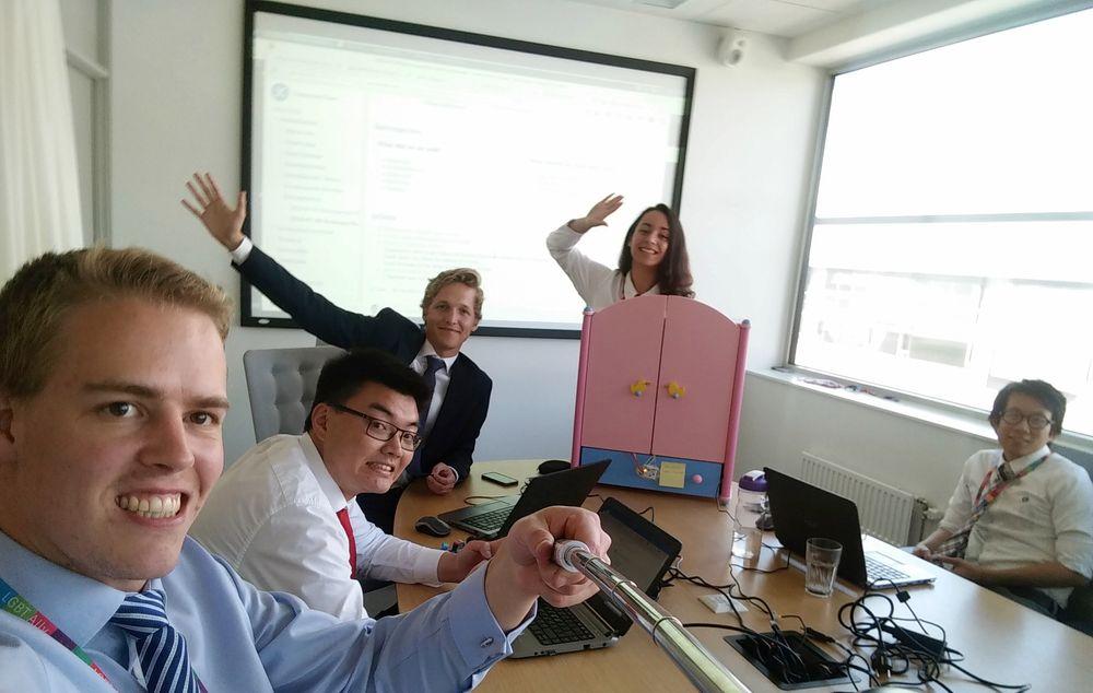 Studenter fra flere norske og svenske universitetet har i sommer jobbet sammen om å lage et klesskap som satser på tingenes internett-teknologi. Personer på bilde fra venstre: Morten Alver Normann (NTNU), Vis Chen (NHH), Anders Kolstad (NTNU), Sara Nadi (Chalmers), Tony Chau (NTNU).