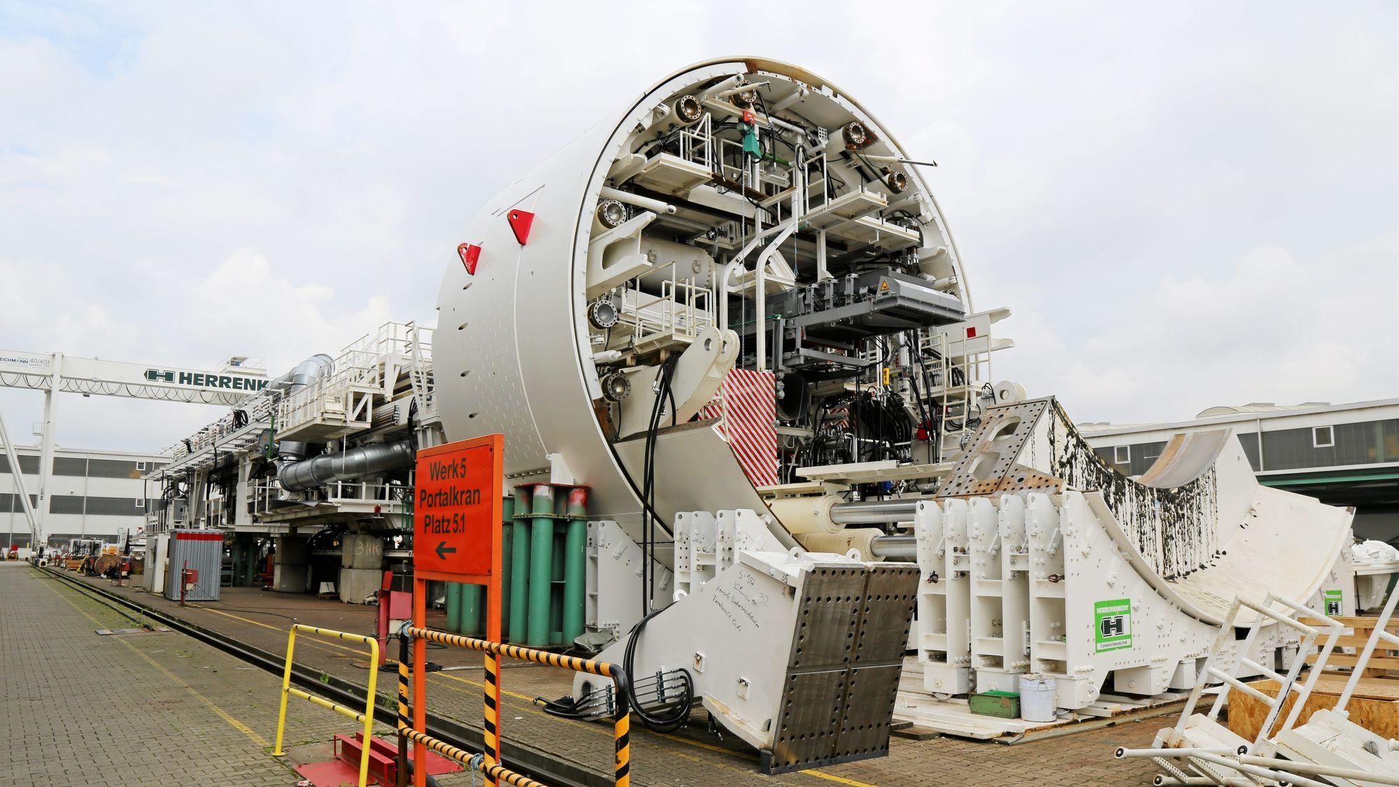 ENORMT: Dette bildet er tatt av vårt søstermagasin Anlegg & Transport i forbindelse med at den fjerde og siste tunnelboremaskinen TBM, altså den typen maskin Magda og Anna er, ble overlevert Jernbaneverket og entreprenør Acciona Ghella AGJV på fabrikken til Herrenknecht i tyske Schwanau 8. juni 2016.