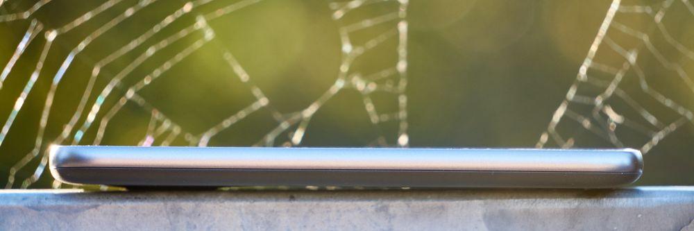 G4 Play er ikke en tynn mobil. Men den ligger behagelig i hånden.
