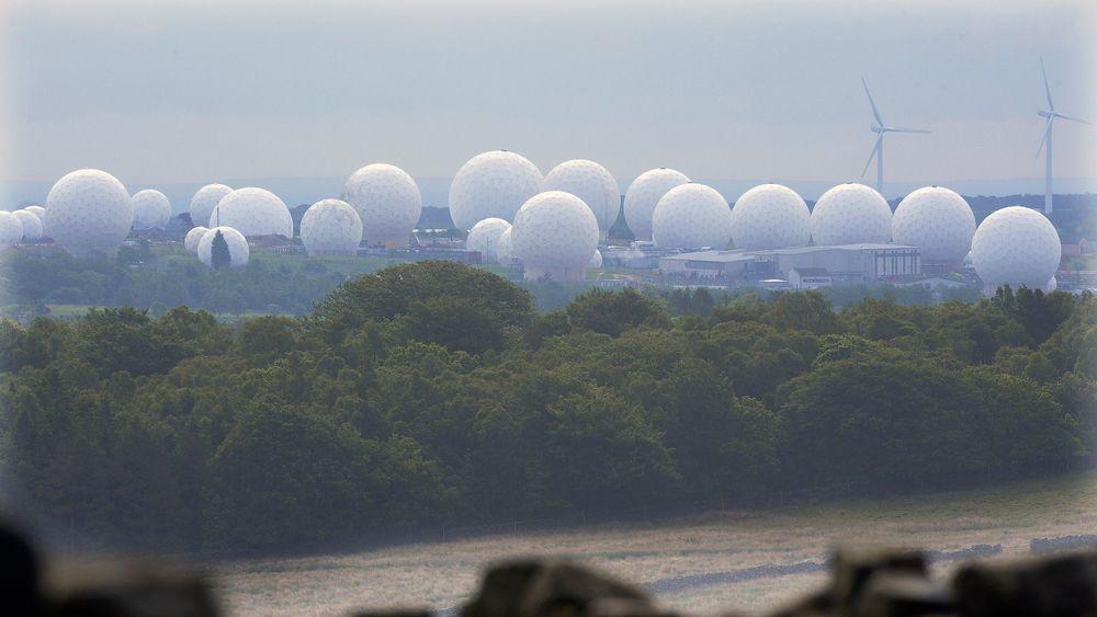 Ved RAF Menwith Hill-stasjonen i England avlyttes en rekke former for trådløs kommunikasjon.