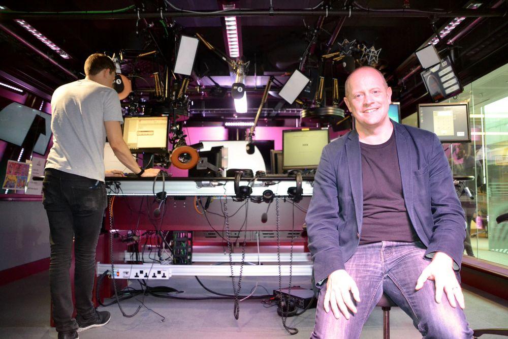 Ben Chapman digitaliserer store deler av BBC. I studioene har hver mikrofon et kamera innebygget, slik at radiovertene også lager TV.