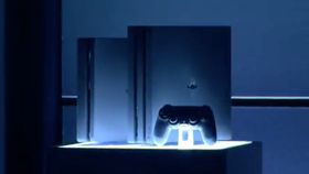 PlayStation 4 Slim (t.v.) og PlayStation 4 Pro.