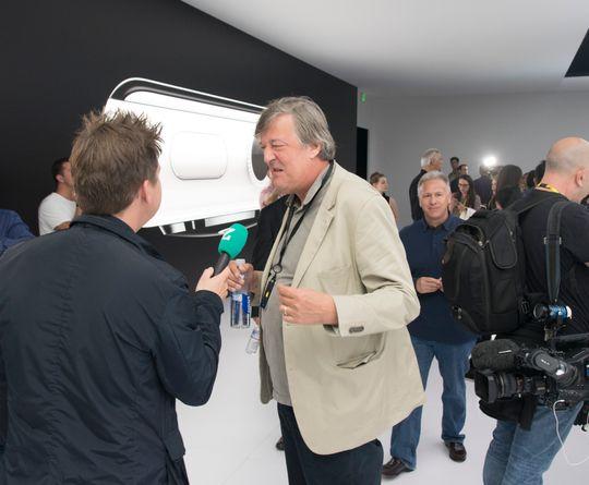 Som vanlig er det kjendistungt under Apple-lanseringene. Stephen Fry i kjent driv foran TV-kamera mens han snakket om Apple og telefonene deres. Legg merke til Phil Schiller i bakgrunnen.