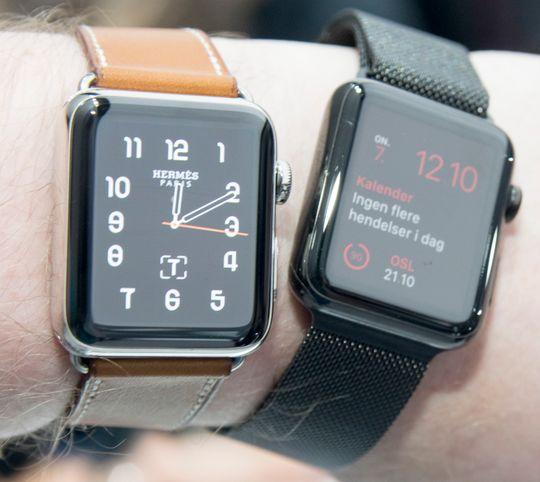 En ny Apple Watch ved siden av en gammel. Den gamle blir ikke like lyssterk, men her sto den også på lavere innstilling - en ting jeg gjerne gjør for å strekke batteritiden lengst mulig.