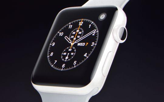 Den keramiske Apple Watchen er synlig, ettersom fargen er ny. Ellers er designen som før. Dette bildet er fra presentasjonen.