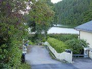 HER KAN DET BLI EN BRO: Her, ytterst på Tangen, foreslår kommunen å lage en av de to broene over Kolbotnvannet.