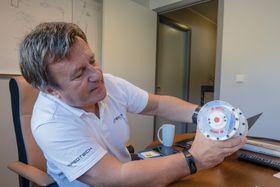 Modellen: For å demonstrere prinsippet har Otechos fått 3D-printet en modell som Hauge viser oss.