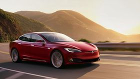 Tesla selger allerede elbiler med lang rekkevidde. De er også langt fremme på tilgjengelig autonomi.