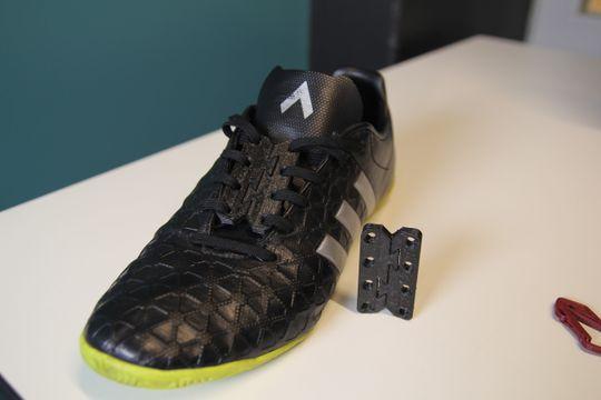 Sko med «hurtigsnøring», dvs. dobbelthempe skrevet ut i det fleksible og tøyelige materialet SemiFlex.