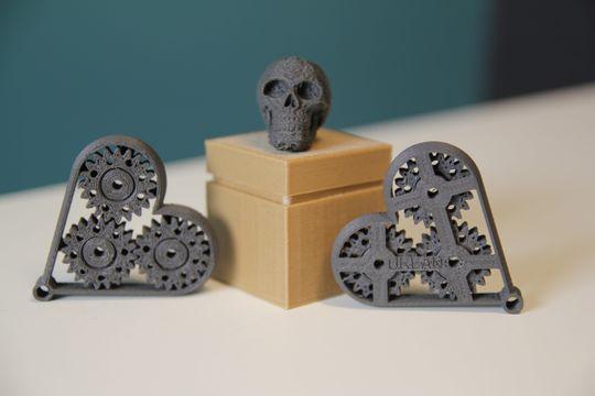 Hjerter med spinnende tannhjul og skalle i Magnetic Iron, liten eske i Wood.