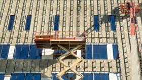 Isolasjonen under solcellene tåler vann. Solcellene som skal legges oppå får luftet kledning for å forhindre at høye temperaturer reduserer energiproduksjonen.