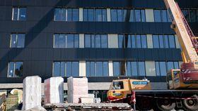 Det er gjort mange grep for at fasaden skal se ut som en helt vanlig fasade, og ikke et kraftverk.