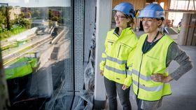 Flerbrukshallen: Magnhild Kallhovd og Bodil Motzke i Undervisningsbygg ser ut av vinduet fra Flerbrukshallen som vender mot Brynseng T-banestasjon. Om ett år skal skolebarn klatre i ribbevegger som skal monteres foran vinduene.