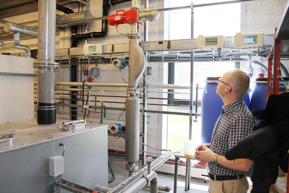 Håkon Viumdal, prosjektadministrator for Semin-kidd ved Høgskolen i Sørøst-Norge ved testriggen skolen har bygget. Her er det tre målere, øverst en måler som bruker gammastråling, under denne to coliolismålere.