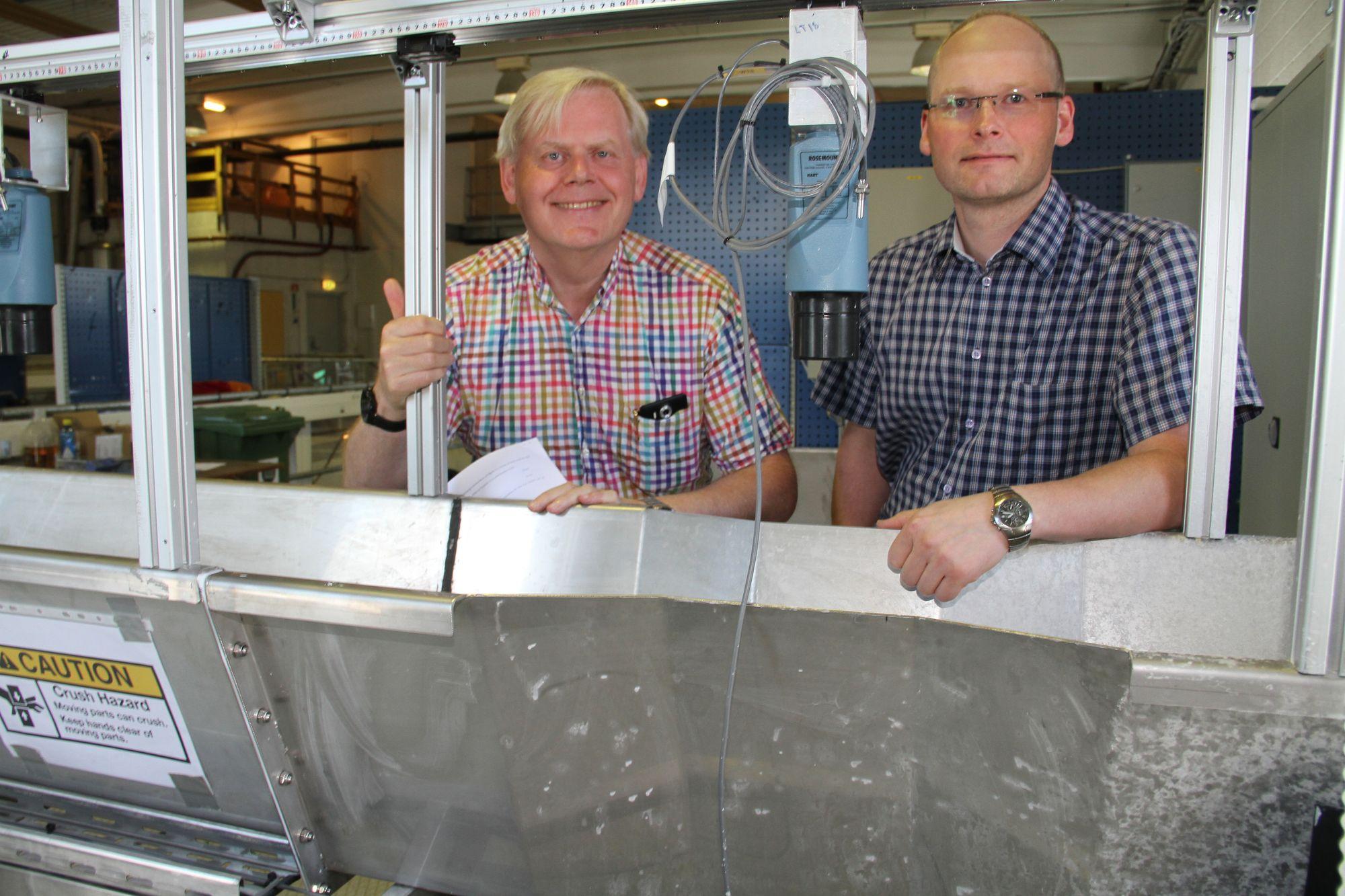 Semi-Kidd, Høgskolen i Sørøst-Norge, til venstre professor Bernt Lie, til høyre prosjektadministrator Håkon Viumdal.Her ved innsnevringen de har fått bygget for å bruke venturieffekten til å måle hvor mye som strømmer gjennom.l.