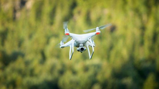Dronen holdt seg på vingene, selv om vi kjente hjertet hoppe over et slag.
