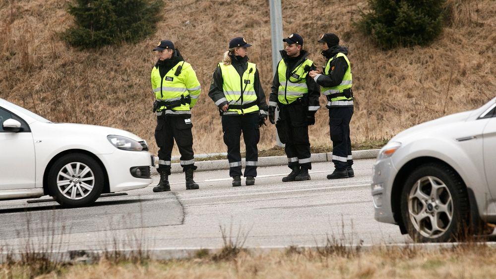 Tollvesenet ønsker å registrere alle biler som krysser landegrensene. Bildet viser tollere i aksjon på Svinesund. Illustrasjonsfoto.