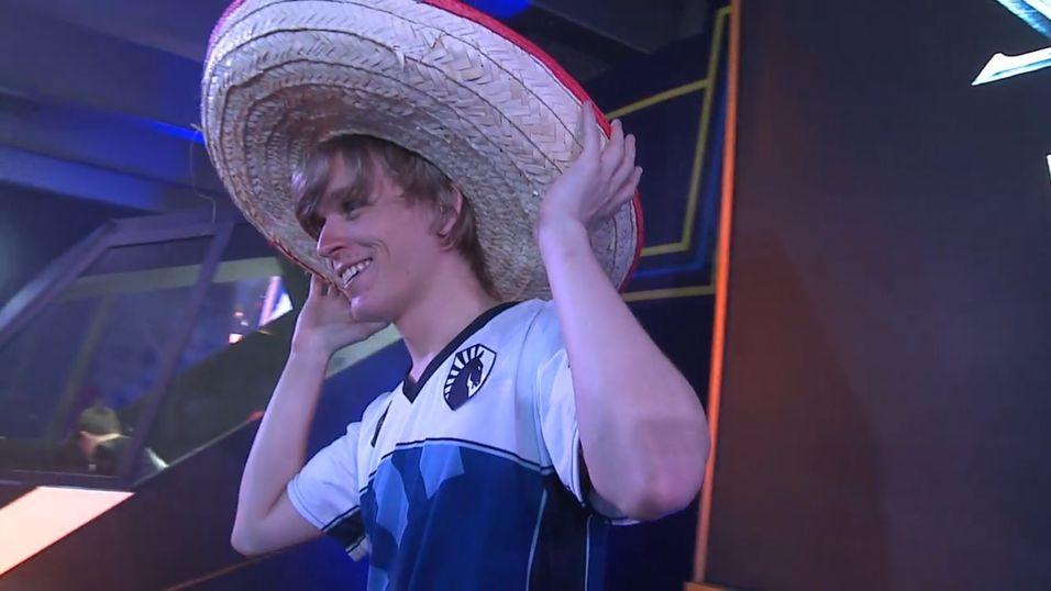 Jens «Snute» Aasgaard ble utstyrt med sombrero etter seieren i Mexico City.