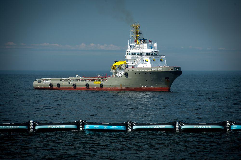 Teknologien fungerer ved at en barriere samler opp plast fra havet ved hjelp av naturlige strømninger. Prototypen, som har fått navnet «Boomy McBoomface», testes nå i Nordsjøen før den endelige utgaven skal settes ut i Stillehavet.